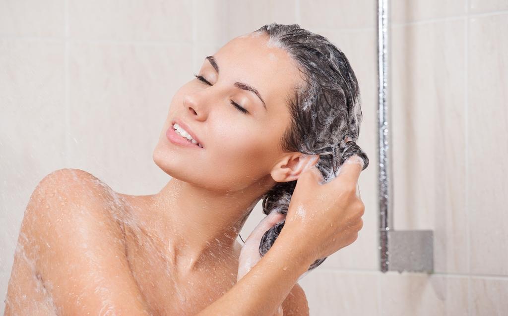 mulher-lavando-cabelos-feliz-bela-center